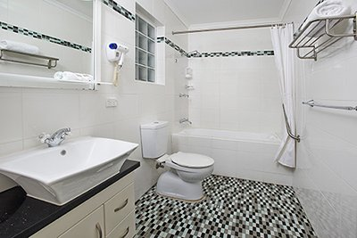 1 bed apartment bathroom