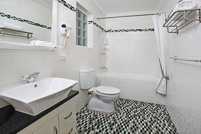 1 bed apartment bathroom